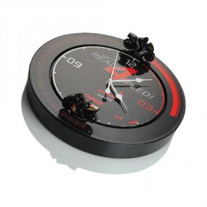 Elk uur rijden twee motoren een 3 rondes om de klok. De klok is voorzien van motorgeluid en een lichtsensor. De klok zal in het donker geen beweging en geluid veroorzaken. De circuit klok heeft een diameter van 34 cm.